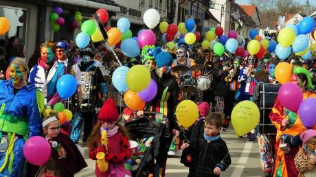 Einer der buntesten Hingucker beim Altenstadter Faschingsumzug waren die Altenstadter Bläach Gugga Fätzzer, die heuer ihr 20-Jähriges feiern können.