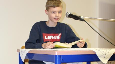 """Aaron Knoll aus Wullenstetten hat den Kreisentscheid beim Vorlesewettbewerb gewonnen. Er überzeugte die Jury mit seinem Vortrag aus """"Der kleine Hobbit""""."""