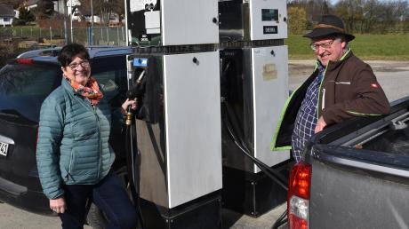 Der Fortbestand der Gemeinschaftstankanlage in Osterberg ist gesichert. Unser Bild zeigt die Geschäftsführer Monika Haugg und Josef Weh beim Tankvorgang, der rund um die Uhr und bargeldlos möglich ist.