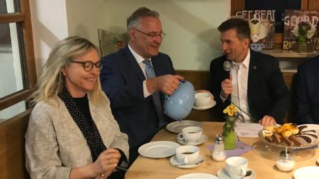 Keine Panik wegen Corona: Bayerns Innenminister Joachim Hermann (Mitte) bei seinem Besuch im Dorfladen Kellmünz mit Beate Merk und Bürgermeister Michael Obst.