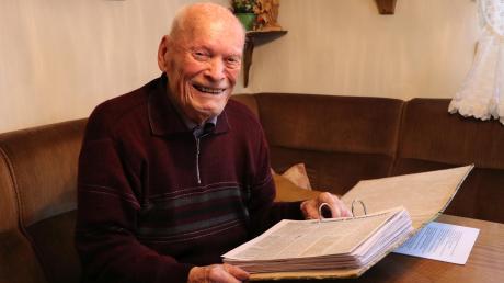 Der Jedesheimer Valentin Mayer sammelt Geschichten und Nachrichten, die er säuberlich in Ordner abheftet. Jetzt bringt er kurz vor seinem 100. Geburtstag noch einmal ein Buch heraus, das sich mit der Geschichte seines Heimatortes befasst.