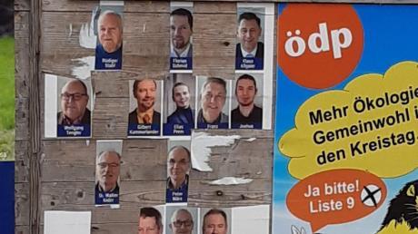 An einer Plakatwand im Illertisser Stadtteil Au hat ein Unbekannter gezielt Fotos von Kandidatinnen herausgeschnitten.