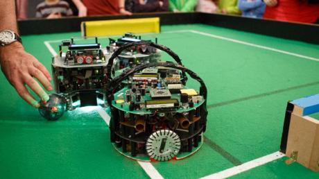 Ungefähr 300 Jugendliche haben sich für den Robocup Junior angemeldet, der am Wochenende im Vöhringer Kulturzentrum ausgetragen wurde. Unter anderem spielten dort Roboter Fußball oder bewältigten einen Hindernisparcours.