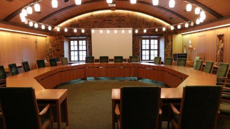 In Sitzungssälen wie diesem in Babenhausen treffen Bürgermeister und Gemeinderäte richtungsweisende Entscheidungen für ihren Ort. Manche der engagierten Kommunalpolitiker bleiben über mehrere Jahrzehnte und Wahlperioden im Amt. Fünf davon berichten über ereignisreiche Jahre.