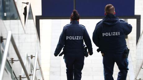 Die Polizei zeigt Präsenz – ein Grund dafür, warum die Zahl der Straftaten in der Region erneut gesunken ist. Doch viele Taten spielen sich nicht in der Öffentlichkeit ab – sondern beispielsweise im Netz.