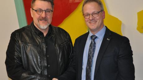 Radim Tatka (links) gratuliert Günther Fuchs (rechts), der mit 78,1 Prozent der Wählerstimmen im Amt des Bürgermeisters bestätigt wurde.