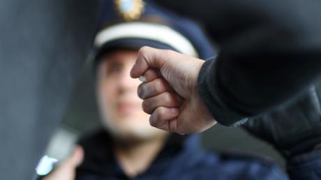 Aggressiv hat sich ein junger Mann gegenüber Polizisten in Greifenberg gezeigt.