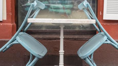 Die Stühle bleiben angelehnt: Gastronomen dürfen derzeit keine Gäste bewirten.