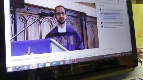 Am Laptop konnten die Gläubigen der Pfarreiengemeinschaft Altenstadt den Sonntagsgottesdienst mit Pfarrer Thomas Kleinle mitfeiern.