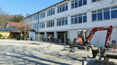 Die Sanierung mit behindertengerechtem Umbau der Altenstadter Grundschule soll nun bis Ende des Jahres abgeschlossen sein.