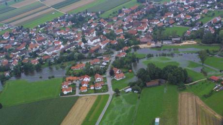 Dieses Luftbild wurde im August 2002 aufgenommen, als Unterroth von einem Hochwasser betroffen war.