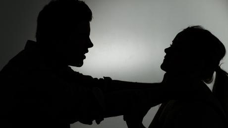 Eifersucht kann schnell gefährlich werden: Das zeigt der Fall eines 54-Jährigen, der in Altenstadt seine Ex-Partnerin bis zur Bewusstlosigkeit gewürgt und geschlagen haben soll.