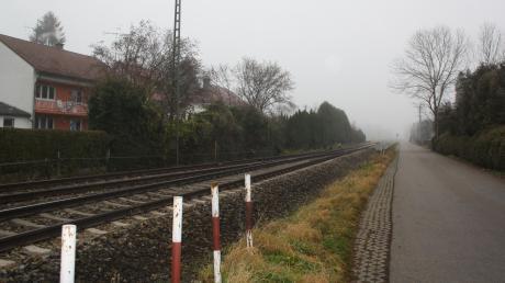 Fast nahtlos: Zwischen den Bahngleisen und der Danziger Straße in Altenstadt ist nur wenig Platz.