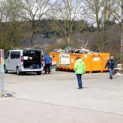 Alle haben Zeit, alle wollen entrümpeln: Der Container auf dem Wertstoffhof in Vöhringen ist längst voll. Wegen der Corona-Krise gelten derzeit strenge Auflagen.