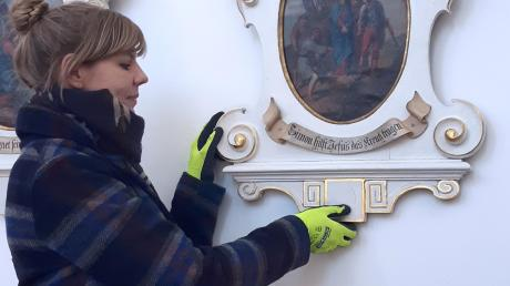 Restauratorin Karin Krüger bringt die Bilder in die Kirche zurück.