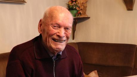 Valentin Mayer ist bei der Heimatforschung in seinem Element. Er heftet gerne Artikel aus der Illertisser Zeitung ab. Am Karfreitag wird er 100 Jahre alt.