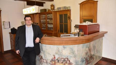 Thomas Hutzelmann vor der Schankanlage in der ehemaligen Brauereigaststätte Deil. Der Besitzer des Osterberger Schlosses hat vor einigen Jahren auch die Gaststätte gekauft – und möchte sie neu beleben.