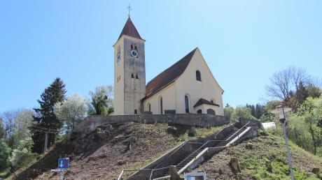 Ein ungewohntes Bild: Die Sanierung des Kirchenhangs in Herrenstetten beginnt, die Bäume sind bereits gerodet worden.