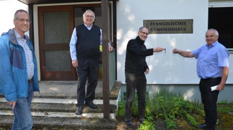 Bei der Schlüsselübergabe vor dem Gemeindehaus von links: Helmut Haas (Vorsitzender des Kirchenvorstands), Norbert Frank, Jochen Teuffel und Wolfgang Schrapp.