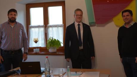 Bei der konstituierenden Sitzung des Gemeinderats in Oberschönegg vereidigte Bürgermeister Günther Fuchs (Mitte) seinen Stellvertreter Andreas Bader (links) und den Dritten Bürgermeister Thomas Braun.