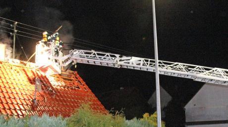 Über eine Drehleiter bekämpften die Feuerwehrleute den Brand in einem Dachstuhl in Ingstetten.