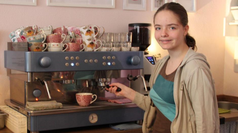 Schülerin Lena war beispielsweise an der Kaffeemaschine im Café Rosa in Babenhausen im Einsatz.