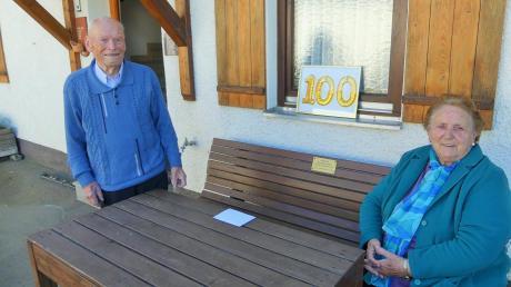 Elfriede Bertele kann sich über eine Spende von 500 Euro für die Kellmünzer Rumänienhilfe freuen. Valentin Mayer war über einen Bericht in unserer Zeitung darauf aufmerksam geworden.