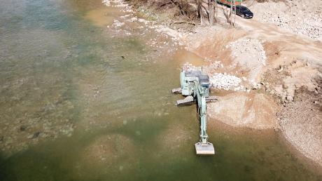 Eine umfangreiche Sanierungsmaßnahme findet an der Iller statt. Im Wasser zu erkennen: das Material, das dabei in die Gewässersohle eingebracht wurde. Tausende Tonnen Stein wurden verarbeitet.