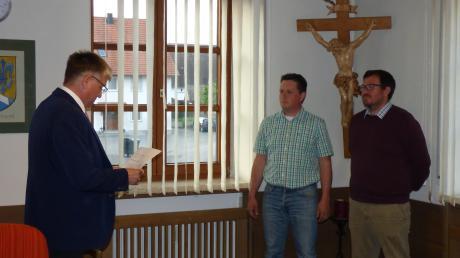 Bei der konstituierenden Sitzung des Gemeinderats in Kirchhaslach vereidigte Bürgermeister Franz Grauer (links) seinen Stellvertreter Tobias Wohllaib (rechts) und den Dritten Bürgermeister Johannes Weigele.