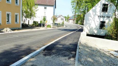 Die Straßenbauarbeiten in der Mühlbachstraße in Untereichen schreiten voran. Die Anhebung des Straßenniveaus im Bereich des Brückenneubaus sorgt für Diskussionsbedarf.