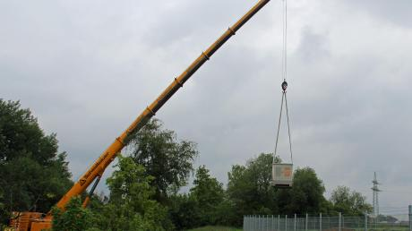 Der 17 Tonnen schwere Trafo musste 28 Meter über die Böschung und einen schweren Zaun gehoben werden.