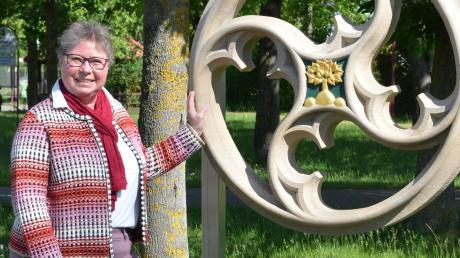 Simone Vogt-Keller vor dem in Stein gehauenen Wappen der Gemeinde Bellenberg, ein Meisterstück des Bellenberger Steinmetz Felix Bobke.