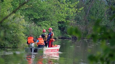 Eine 80 Jahre alte Frau ist in einen Baggersee bei Unterroth gestürzt. Nachdem ein Passant die Frau aus dem Wasser gezogen hat, suchten Einsatzkräfte den See per Boot ab.