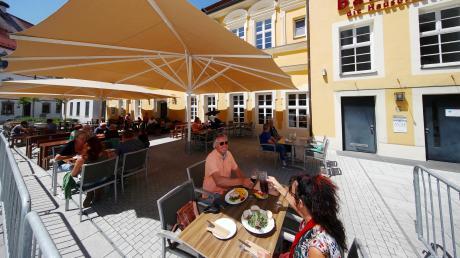 Gute Laune beim Mittagessen im Barfüßer-Biergarten in Weißenhorn. Die Tische sind in 1,5 Meter-Abstand aufgestellt und werden den Gästen vom Personal zugewiesen.