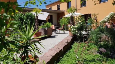 Die Illertisser Schulbrüder schenkten ihr ehemaliges Wohnhaus dem Hospiz-Förderverein, der dort ein stationäres Hospiz mit Platz für acht Gäste einrichtete.