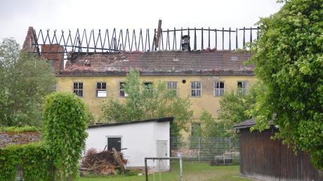Die Firmengebäude der Firma Heinrich Sohn in Bellenberg, wie sie heute nach dem Brand aussehen. Das Gelände stand bereits länger zum Verkauf, Mitte Februar ist dort ein Feuer ausgebrochen. Nun hat es die Gemeinde gekauft.