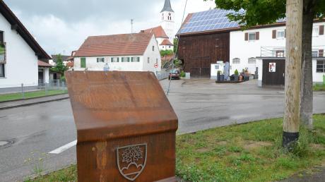Die Metallstelen stehen schon, am Mittwoch werden auch die Tafeln darauf montiert: Dann kann man sich auf dem barrierefreien Rundweg auf eine Zeitreise durch die Geschichte Bellenbergs begeben.