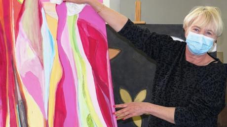 Die Galerie des Kunstforums Vöhringen wird aufgehübscht und frühjahrsfein gemacht. Vorsitzende Gabi Reh-Höb bei der Arbeit.