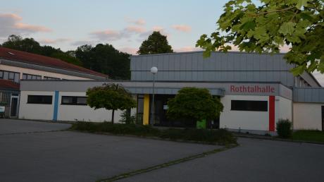 Aufgrund von Witterungseinflüssen müssen die Flachdächer der Rothtal- und der Schulturnhalle in Buch saniert werden.