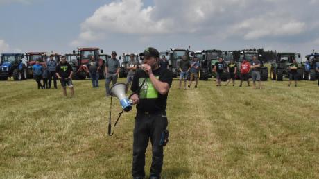 Rund 50 Landwirte haben mit ihren Traktoren gegen Bundesumweltministerin Svenja Schulze und deren umstrittenen Umweltbericht demonstriert.