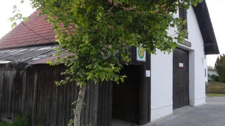 Der hintere Teil der Hütte beim Feuerwehrhaus in Bebenhausen (links im Bild) soll abgerissen werden. Vor allem das Dach ist in einem sehr schlechten Zustand. Das intakte Bushaltehäuschen davor bleibt stehen.
