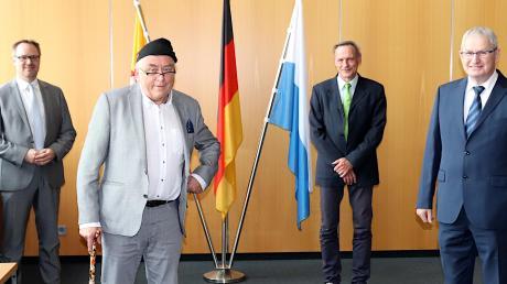 Walter Wörtz (Zweiter von links) und Albert Wagner (ganz rechts) hielten rund 30 Jahre die Fahnen für den Landkreis Neu-Ulm hoch. Landrat Freudenberger (ganz links) und Personalratsvorsitzender Michael Netter (Dritter von links) dankten und verabschiedeten beide in den Ruhestand.