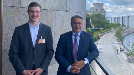 """Bevor Lukas Grauer (links) als """"junger Botschafter"""" in die USA reist, besuchte er den Bundestagsabgeordneten Georg Nüßlein in Berlin."""