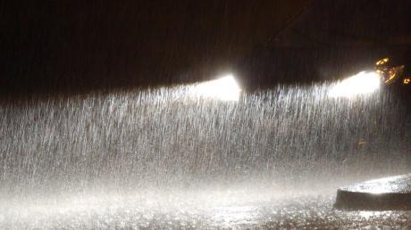 Zu schnell waren einige Autofahrer bei Starkregen am Sonntagabend im Landkreis Neu-Ulm unterwegs.