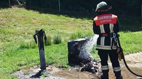 Wegen einer brennenden Mülltonne wurde die Feuerwehr Illertissen an einen Rastplatz an der A7 gerufen.