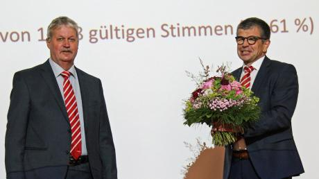 """Bürgermeister-Stellvertreter Klaus Greck (links) gratulierte nach der """"Verpflichtung"""" Bürgermeister Christopher Eh zur zweiten Amtsperiode."""