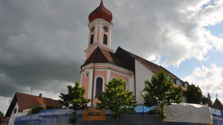 Nach Jahren der Planung wird der nordöstliche Teil der Kirchenmauer um die Pfarrkirche St. Martin in Winterrieden derzeit saniert.