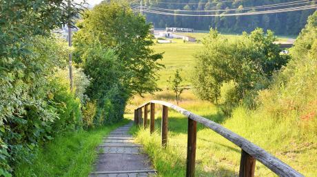 Die bestehende, fußläufige Trasse von der Staatsstraße 2031 ins Kellmünzer Wohngebiet Schönblick wird besser ausgebaut.