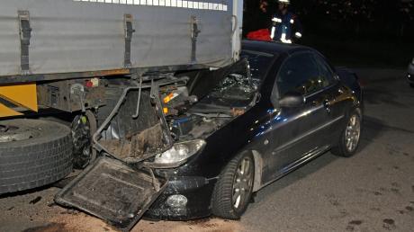 Ein Autofahrer hat auf dem Parkplatz Badhauser Wald West an der A7 am Beginn der Parkspur einen dort stehenden Lkw gerammt.