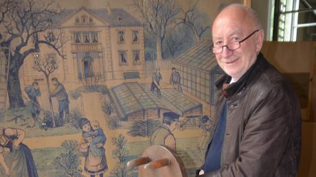 Wolfgang Hundbiss führt durch die Ausstellung mit interessanten Gartenutensilien, zum Beispiel diesem Mehrfach-Bohnenstupfer.